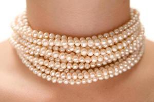 eine Peal Halskette tragen foto