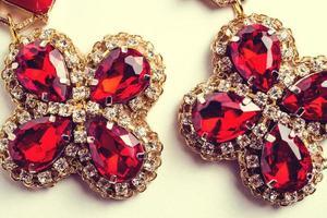 handgemachte rote Ohrringe mit Juwelen. Vintage-Stil foto