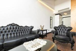elegantes luxuriöses Wohnzimmer mit schwarzen Ledermöbeln foto