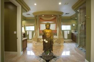 Buddha-Statue im luxuriösen Badezimmer foto