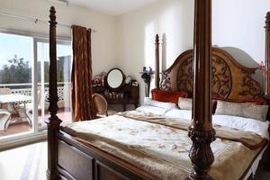 schönes Interieur des europäischen Schlafzimmers foto