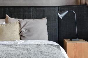 moderne schwarze Lampe auf Holztisch im Schlafzimmer foto