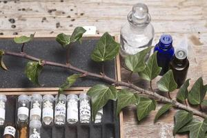 Flaschen mit Homöopathiekügelchen foto