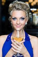 schöne Frau mit einem Glas Wein foto
