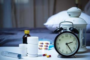 Tabletten und Drogen im Schlafzimmer in der Nacht