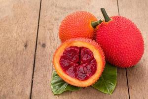 Baby Jackfrucht auf hölzernem Hintergrund foto