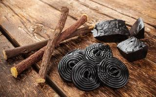Produktionsschritte von Lakritz, Wurzeln, reinen Blöcken und Süßigkeiten. foto