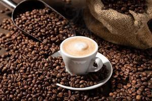 eine Tasse Cappuccino oder Kaffee mit Milch