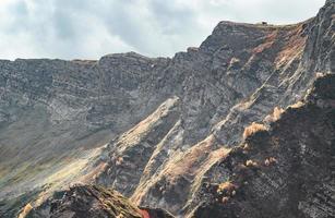 Bergrücken unter bewölktem Himmel foto