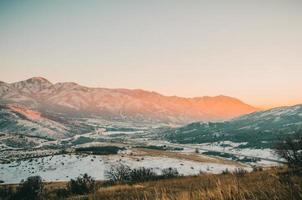 Sonnenaufgang auf schneebedeckten Bergen foto