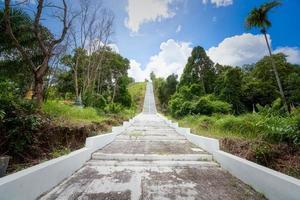 weiße Treppe führt einen Berg hinauf