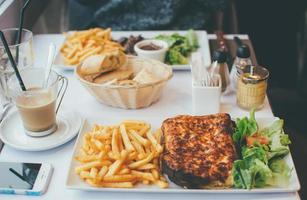 verschiedene Speisen auf dem Tisch foto