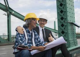 Ein Auftragnehmer und ein Ingenieur arbeiten zusammen foto