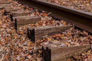Nahaufnahme von Eisenbahnschienen foto