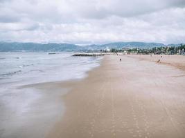 Wellen krachen am Ufer