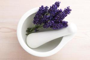 Lavendelblüten in einem Mörser foto
