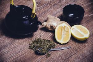 grüner Tee mit Zitrone und Ingwer foto