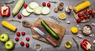 Schneidebrett, gesunde Lebensmittel, Kochen und vegetarisches Konzept.