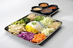 Reis mit Gemüse und Obst essen mit thailändischer würziger Sauce foto