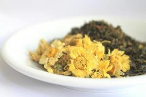 Chrysantheme und grüne Teeblätter foto