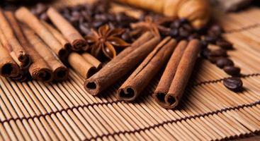 gerösteter Kaffee und Zimtstangen