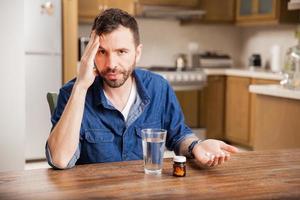 Mann mit schrecklicher Migräne foto