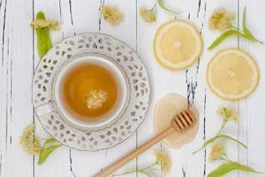Tasse Kräutertee mit Lindenblüten foto