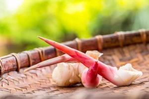 Galangal auf Bambusoberfläche foto