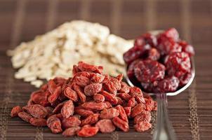 Goji-Beeren, Blaubeeren, Haferflocken und Nüsse foto