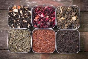 Auswahl an trockenem Tee foto