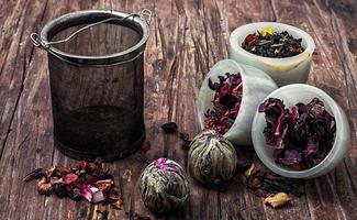 Teesieb und Teeblätter foto