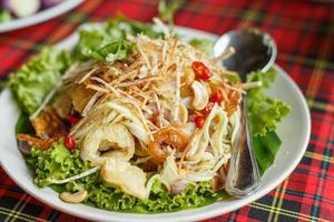 mischen thailändischen Salat (yum haa krob) foto