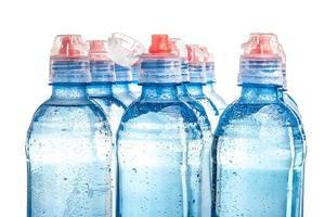 Plastikflasche des Trinkwassers lokalisiert auf Weiß foto