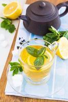 Tasse Tee mit Minze und Zitrone foto