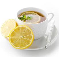 Tasse Tee mit Zitrone und Thermometer foto