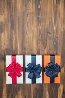 Luxus-Farbgeschenkbox für Urlaubsveranstaltung mit Seidenwickel foto