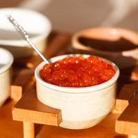 roter Kaviar in einem Teller foto