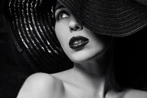 mysteriöse Frau mit schwarzem Hut foto