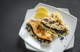 Crepes mit schwarzem Kaviar foto