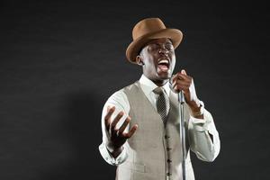 schwarzer amerikanischer Jazzsänger. Jahrgang. Studioaufnahme. foto