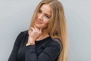 Blondes Haar Frau, die auf der Straße geht und lächelt foto