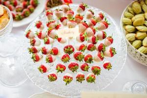 frische Erdbeeren mit weißer Schokolade foto