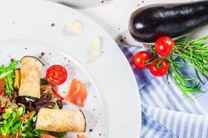 frischer Salat mit Auberginen und Speck foto