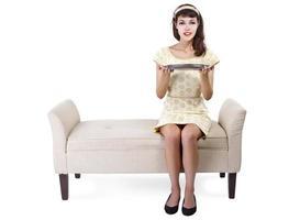 Frau auf Chaiselongue mit leerem Tablett für Verbundwerkstoffe foto