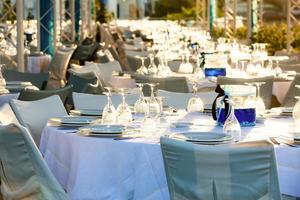 Tisch bei Hochzeitsfeier gedeckt foto