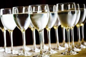 hohe Gläser mit Wasser oder Wein foto