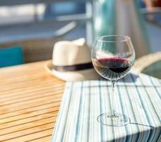 Glas Wein auf dem Tisch foto