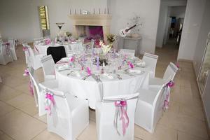 Innenraum eines Hochzeitsbanketts im Restaurant, Empfangsorttische. foto