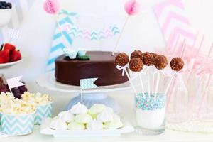 mehrere Desserts auf einem Tisch mit Chevron-Print-Zubehör foto