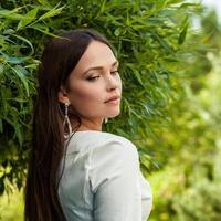 Außenporträt des schönen jungen Mädchens im weißen Luxuskleid. foto